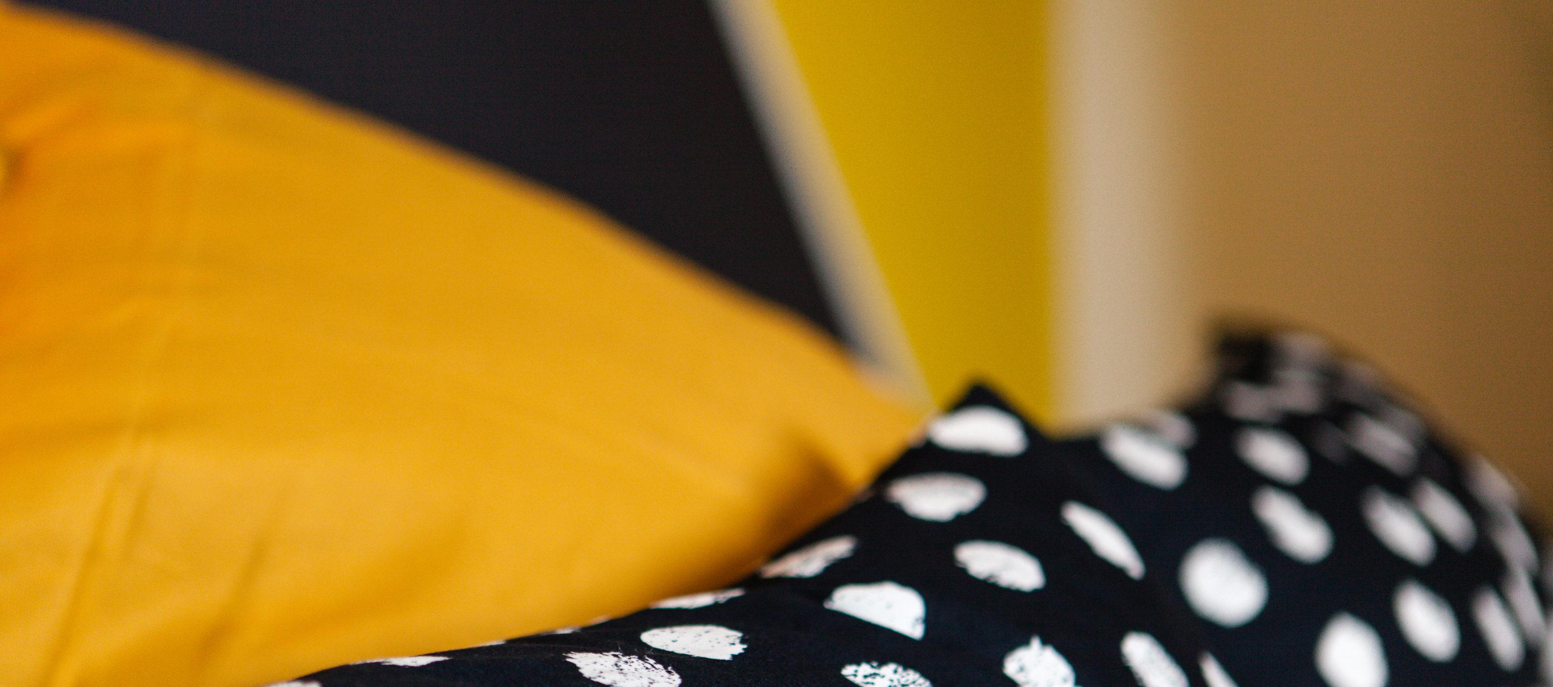 Home Staging Chambre Adulte décoration chambre jaune graphique - le décor de jules